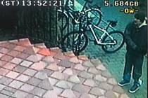 Pachatel krádeže (na snímku) odcizil horské kolo za 15 tisíc korun.