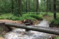Letos už potřetí pouští vodohospodáří vodu do hodonínské Dúbravy potrubím z elektrárny.