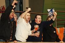 Třetí výhru Baníku Ostrava v řadě s hosty ve sportovní hale TEZA slavila i skupinka příznivců. Policisté ale byli na utkání zbyteční. Celek ze Slezska přišli podpořit fanoušci žijící na Slovácku, kteří se futsalem skvěle bavili.
