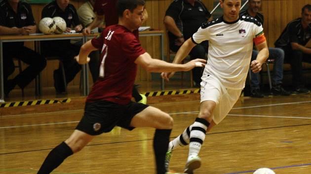 Hodonínští futsalisté (v bílých dresech) v 5. kole Chance ligy porazili Spartu Praha 4:0 a v tabulce se dostali právě před pátečního soupeře na čtvrté místo. Atraktivní duel sledovalo 670 diváků.