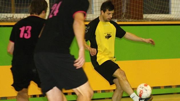 Fotbalista Petr Eliáš (na snímku ve žlutém) patřil v zápase s Kapacitami k nejaktivnějším hráčům. Z několika vyložených šancí dal ale pouze jeden gól.