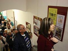 Kostelecká školní galerie, unikátní projekt kostelecké základní školy, oslavila deset let od svého založení. Vernisáže k výročí se zúčastnili i její zakladatelé.