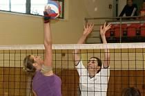 Jedenáctého ročníku ženského volejbalového turnaje, který se hrál o škrpál tetky Bařinovése, se ve sportovní hale TEZA zúčastnilo jedenáct týmů z Moravy a Slovenska.