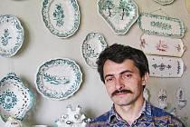 Peter Pollák z Holíče už čtvrt století připomíná zašlou slávu první a nejvýznamnější císařsko královské manufaktury na majolikové nádobí.
