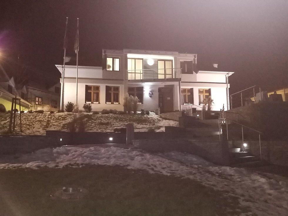 Budova obecního úřadu ve Vacenovicích v noci.
