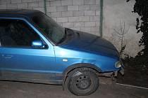 Jako kulečníková koule projel v úterý odpoledne řidič modré Škody Felicie ulicemi Starého Poddvorova. Kromě cizího auta poškodil dům i oplocení, navíc byl silně opilý.