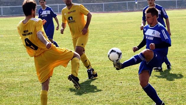 Fotbalisté Kyjova (v modrém) vstup do jarní části sezony nezvládli. Ambiciózní tým prohrál v úvodním domácím zápase s Moravským Krumlovem.