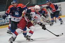 Hodonínští hokejisté dali Porubě lekci z produktivity. Na snímku bojuje o puk útočník SHK Stanislav Škorík (vlevo).