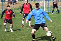 Útočník Karel Paška (na snímku v modrém dresu) bude na jaře hrát okresní přebor za Strážnici, kterou čeká boj o postup do první B třídy.