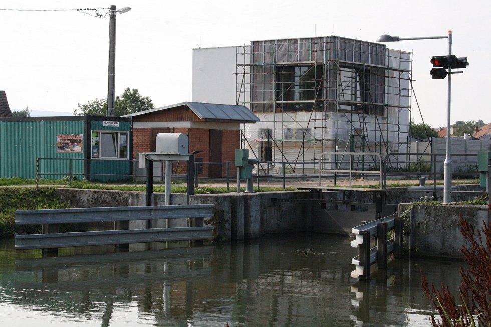 Nová budova na místě bývalého domku obsluhy plavební komory v Petrově.