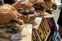 Parkovištěm přes nákupním centrem Cukrovar se linula vůně burgerů barbecue a mnoha jiných dobrot.