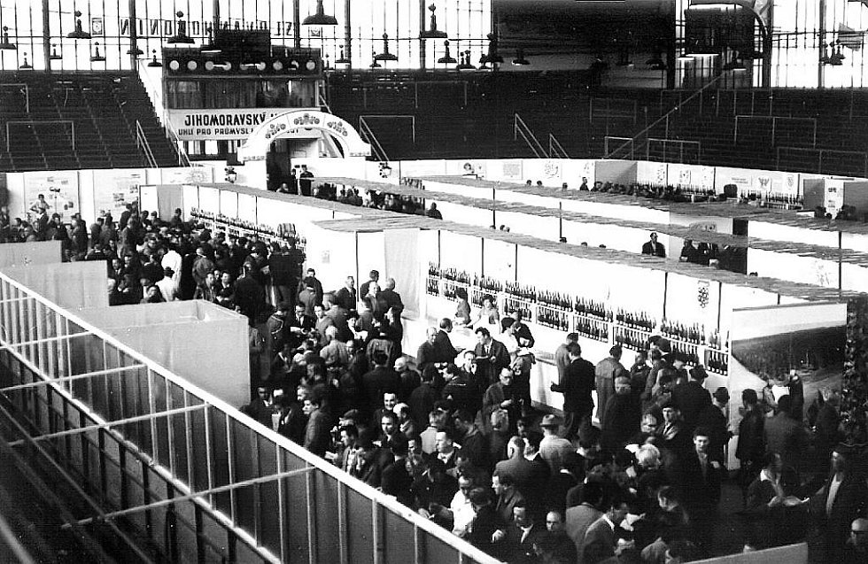 Na dobu, kdy na stadioně místo hokeje působili vietnamští trhovci, Hodonínští rádi nevzpomínají.