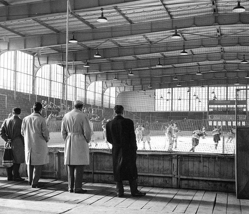 Podoba zimního stadionu v Hodoníně před padesáti lety.
