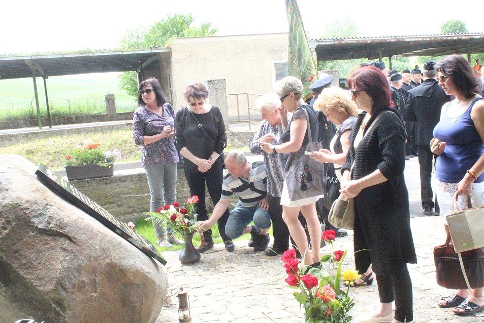 Odhalení památníku u příležitosti padesátého výročí tragédie na dole Dukla u Šardic. Při průvalu povodňových vod do dolu zde 9. června 1970 zahynulo 34 horníků.