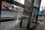Autobusová zastávka v Měšťanské ulici v Hodoníně přišla o prosklené stěny.