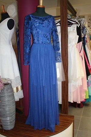 Letošní plesové trendy: modré šaty pro ženy a slim obleky pro muže.