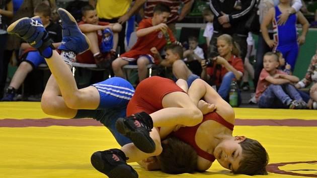 Hodonínksý zápasník Lukáš Grochál (v červeném dresu) pokládá svého soupeře na lopatky.