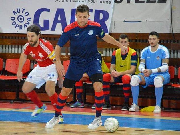 Hodonínští futsalisté zvítězili v Praze nad domácí Slavií 4:1. Dvěma góly se v Edenu blýskl útočník Tanga Patrik Levčík (na snímku v modrém).