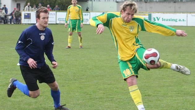 Petr Bílek (ve žlutém) nastoupil proti Uničovu v obraně Vinařů.