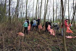 Na šedesát dobrovolníků z Hodonína posbíralo v sobotu na sto pytlů odpadu, u příležitosti akce Ukliďmě Česko.