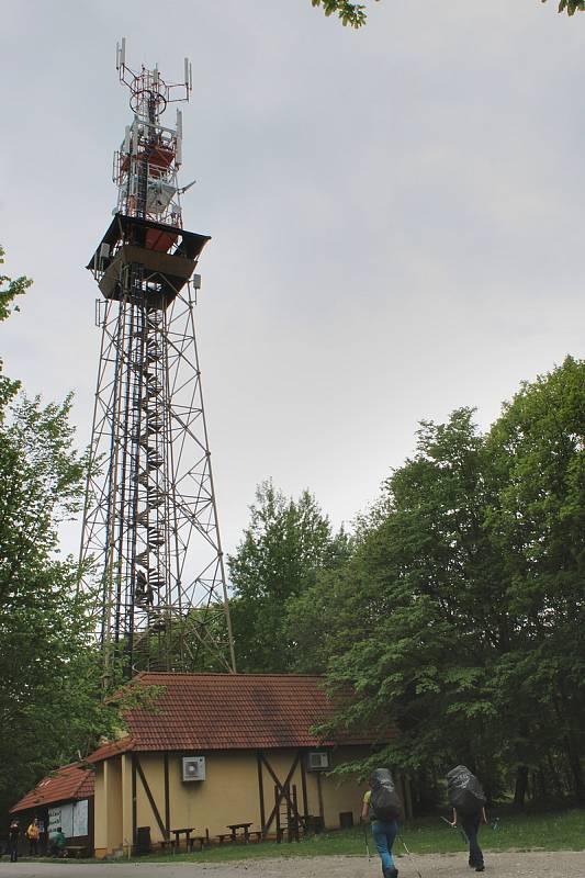 Rozhledna Travičná nad Tvarožnou Lhotou a výhledy z ní. Počet schodů 177, výška ochozu 34 metrů, výška rozhledny 52,6 metru.