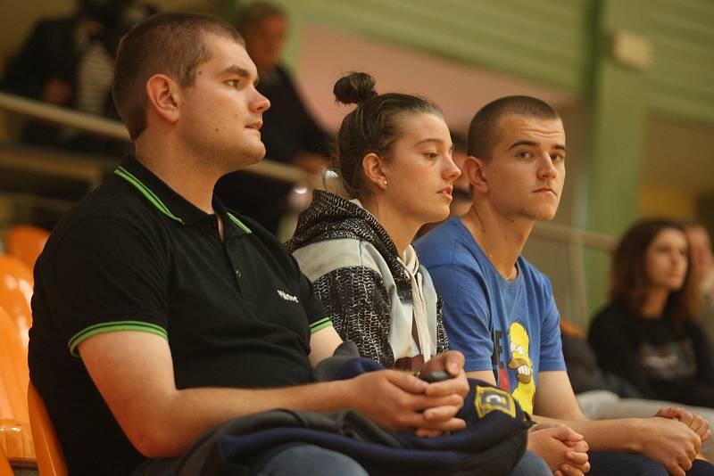 Hodonínští futsalisté (tmavě modré dresy) v osmifinále poháru zdolali prvoligové České Budějovice 8:3 a postoupili mezi nejlepších osm týmů.