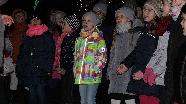 V Hodoníně se zpívalo u betléma, v Moravském Písku na novém náměstí