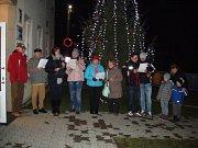 I v malém počtu je možné vykouzlit příjemnou atmosféru. V Mouchnicích se na Česko zpívá koledy potkalo jedenáct lidí. S rozsvíceným stromem za zády a teplým čajem se jim ale zpívalo moc hezky. Foto: Jana Kudličková