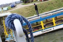 Výletní loď Konstancii nyní místo pirátských a pohádkových plaveb se školáky čeká dlouho žádaná výměna motoru.