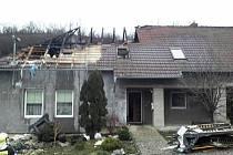 Dvanáct jednotek hasičů zasahovalo ve čtvrtek odpoledne při požáru střechy na Hodonínsku.