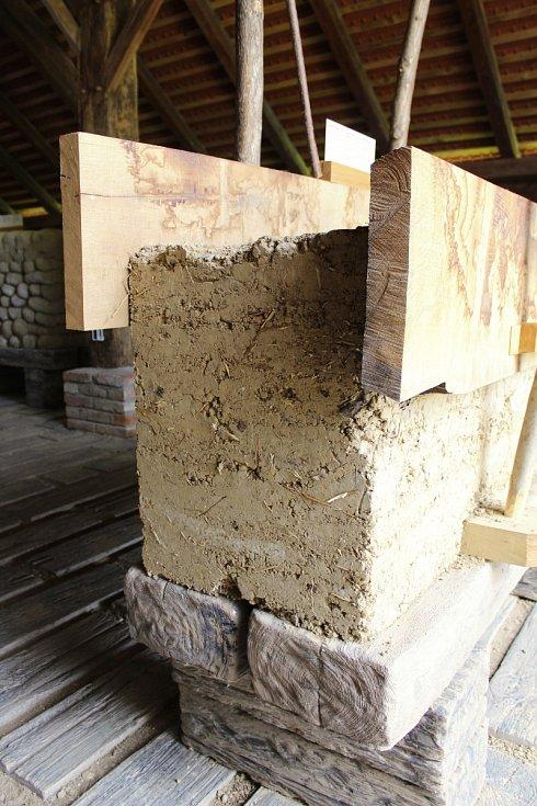Ve strážnickém skanzenu lidé narazí na nový objekt. Jde o hospodářskou usedlost z Nové Lhoty na Horňácku. Pracovníci Národního ústavu lidové kultury přesnou kopii postavili z hlíny - podle někdejší technologie a z původního materiálu.