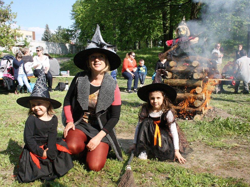 Na zahradě bzeneckého zámku upálili čarodějnici a pak si na vatře lidé upekli špekáčky.