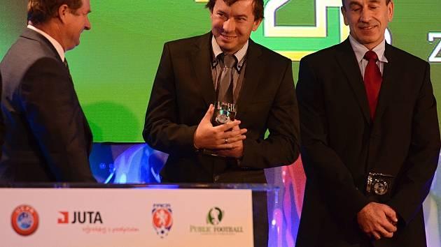 Trenér ligových fotbalistek Slovácka Petr Vlachovský byl za svoji práci oceněný na slavnostním galavečeru Grassroots fotbalu. Cenu rodákovi z Moravan u Kyjova, za které nastupuje v okresním přeboru, předal nový reprezentační kouč Pavel Vrba.