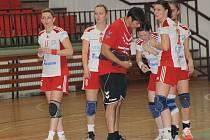 Házenkářky Veselí nad Moravou (v bílém) prohrály v Hluku se Zlínem o dvě branky. Páté porážce v řadě nezabránila ani Jana Šustková. Mladá spojka podala velmi dobrý výkon a s šesti góly byla nejlepší střelkyní domácího celku.