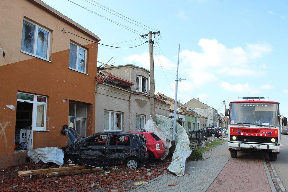 Tornádem poničené elektrické vedení v Lužicích. Tento týden se tam povedlo plně obnovit dodávky elektrické energie díky provizornímu vedení.