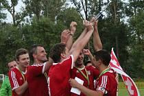 Fotbalisté Vnorov (červené dresy) slaví vítězství v okresního poháru.