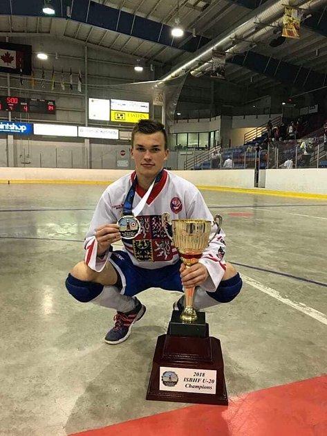 Spohárem a zlatou medailí zjuniorského mistrovství světa.