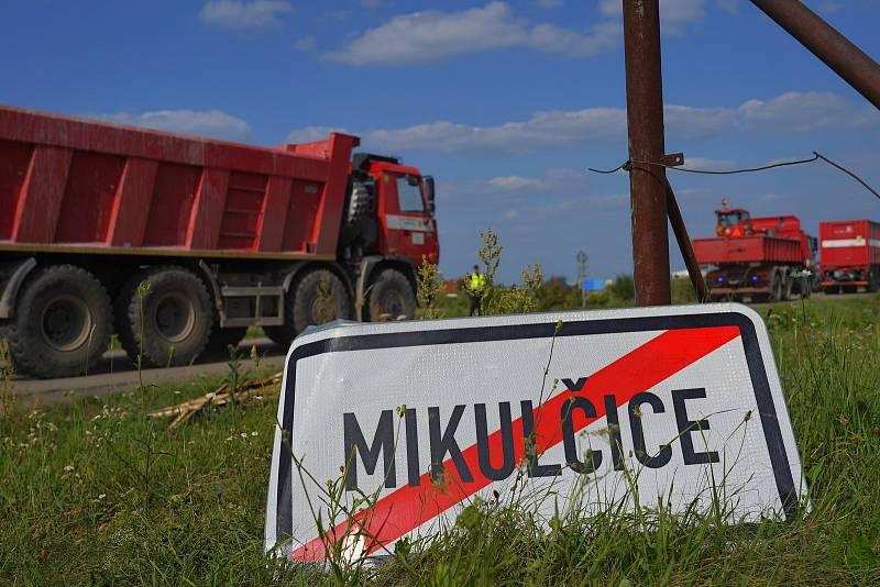 Odjezd hasičů ze Záchranného útvaru ČR z tornádem postižených obcích. Zásah jim skončil po 27 dnech. Zpět na základny konvoj techniky vyjel z Mikulčic za doprovodu policie přes D2 směr Brno, 21. července 2021
