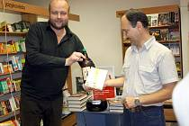 Herec, publicista a vysokoškolský pedagog Milan Šimáček (vlevo) pokřtil knihu hodonínského prozaika Petra Grubera Dva roky záklaďákem.