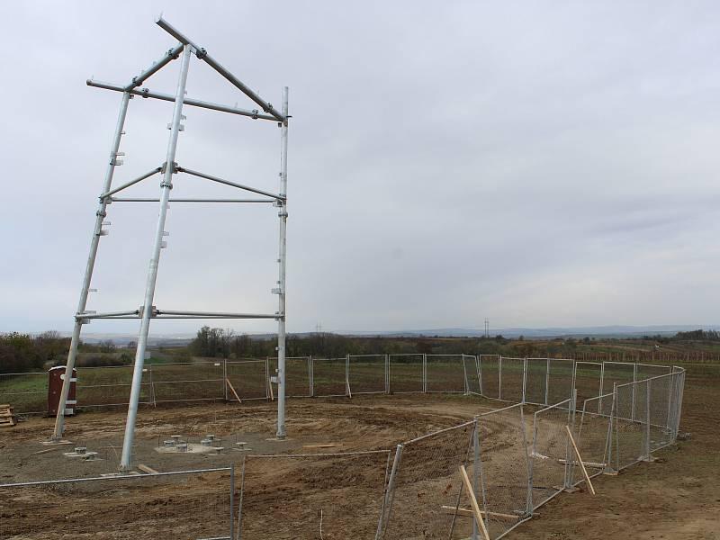 Stavba nové rozhledny nad Mutěnicemi.