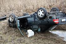 U Svatobořic-Mistřína havarovalo auto, skončilo na střeše mimo silnici.
