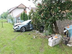 Jen měsíc si užíval dobrého pocitu za volantem osmnáctiletý řidič z Hodonínska. Ve středu ráno při nehodě v Kollárově ulici ve Veselí nad Moravou rozbil auto i plynový rozvaděč.