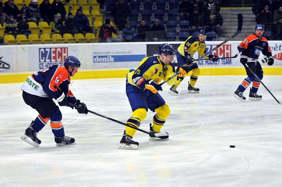Hokejisté Přerova (ve žlutém) porazili Hodonín 2:1.