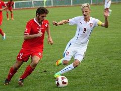 Česká fotbalová reprezentace do sedmnácti let (v bílých dresech) porazila na stadionu v Kyjově vrstevníky z Malty 2:0. Mezistátní utkání sledovaly tři stovky diváků. Na tribuně nechyběli ani bývalí reprezentanti Karel Poborský, Petr Kouba či Luboš Kozel.
