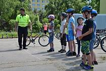 Děti se na dopravním hřiště dozvěděly, jak se chovat na silnici.