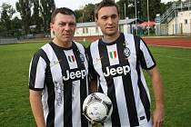Funkcionáři RSM Hodonín Jaroslav Macůrek (vlevo) a Vladimír Beker pózují s podepsanými dresy bývalého hráče Juventusu Turín Pavla Nedvěda.