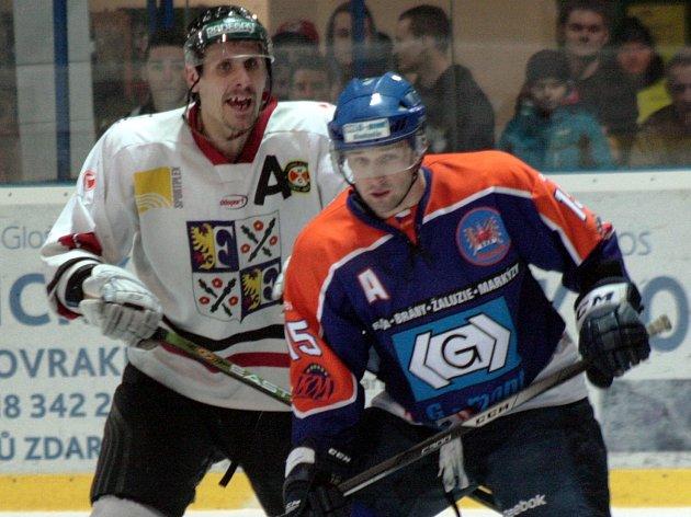 Hostující útočník Marek Ivan (vlevo) se přetlačuje s hodonínským Martinem Špokem.