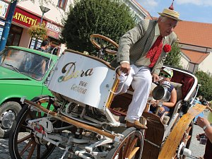 19. ročník jízdy historických vozidel Veteráni Moravským Slováckem. Představení na kyjovském náměstí.