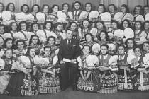 Oldřich Máčel se svými svěřenkyněmi.