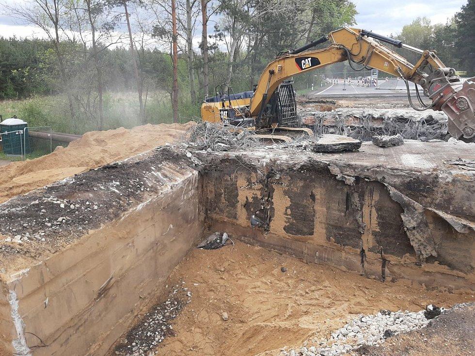 Silničáři opravují most na I/55 u Hodonína přes struskovod. První polovinu mostu už zbourali. Foto: Ředitelství silnic a dálnic